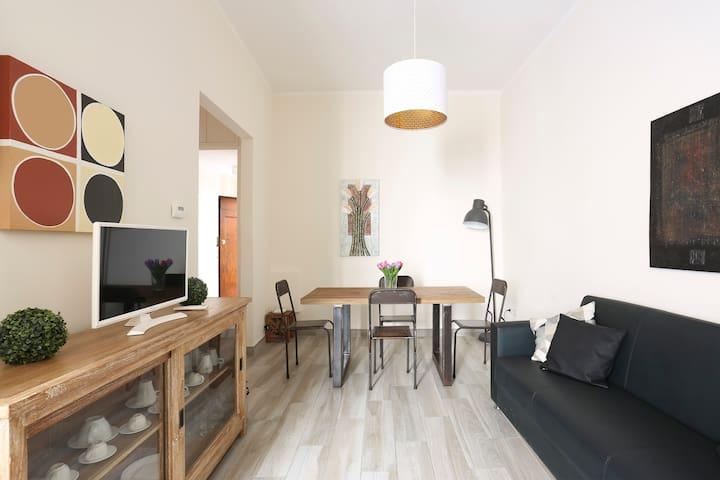 Salotto con tavolo da pranzo (Living room with dining table)
