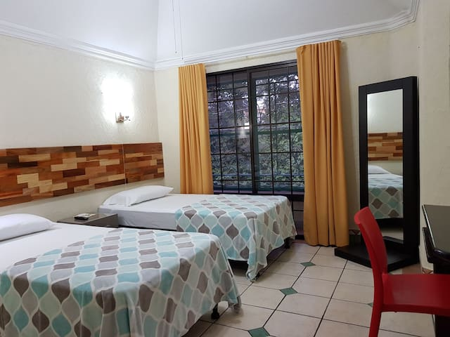 Double room 1km from Airport - shuttle included
