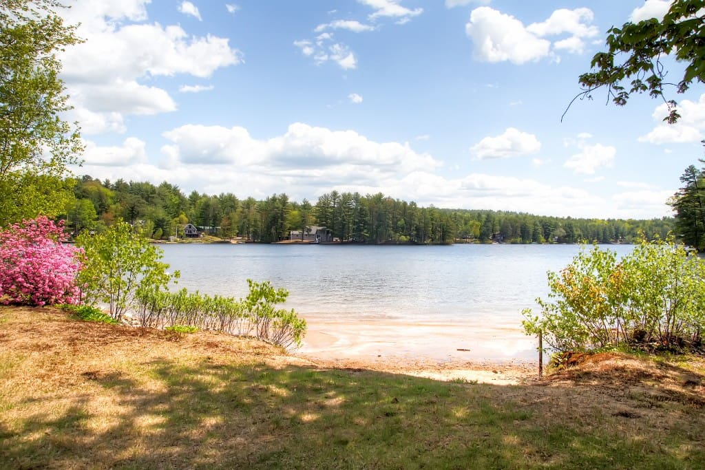 This guest house is located directly on Pine River Pond.