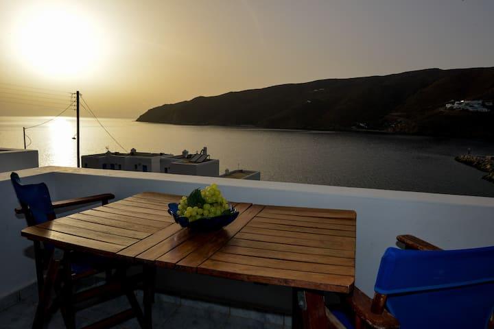 Amorgos Sunset, sea view studio next to the beach