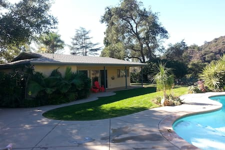 Large studio style pool house - Monrovia - Casa
