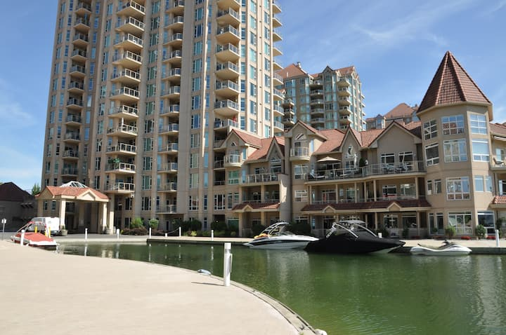 Resort condo, steps to downtown & a quiet beach