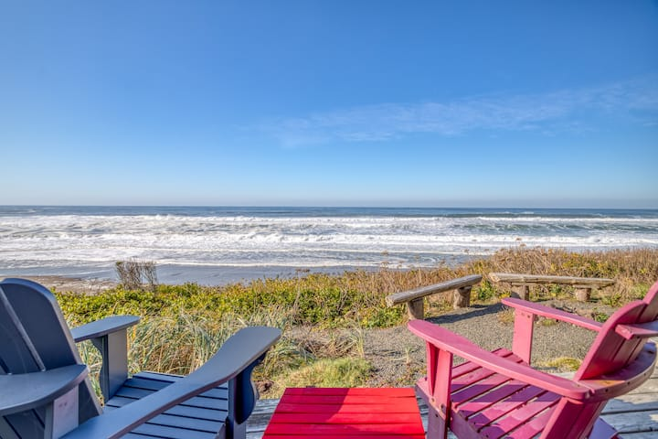 Romantic Hot Tub, Fire Pit, Private Beach Access in This Sweet Oceanfront Haven!