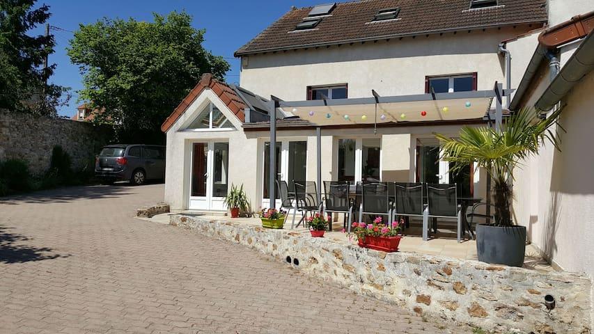 Maison agréable avec jardin et piscine hors sol