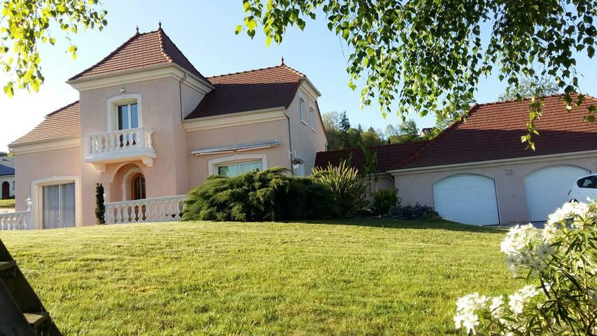 Villa calme et cossue dans charmant village