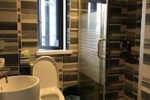 干湿分开的卫生间和淋浴房