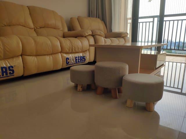 客厅沙发和配备的小椅子