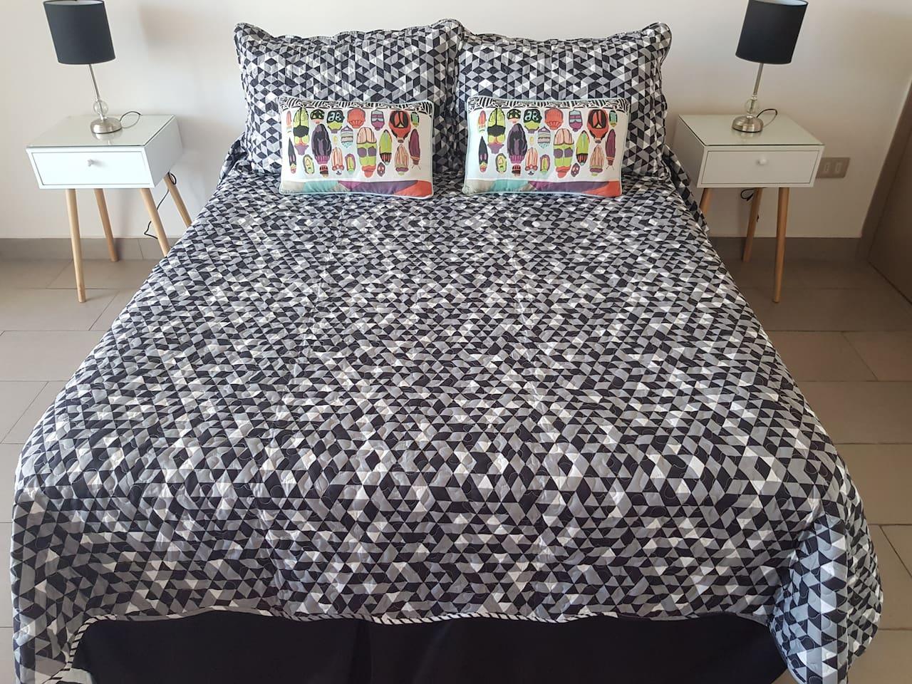 Dormitorio: Veladores y mesita de luz. Cama con juego de sábanas y cobertor. TV con cable.