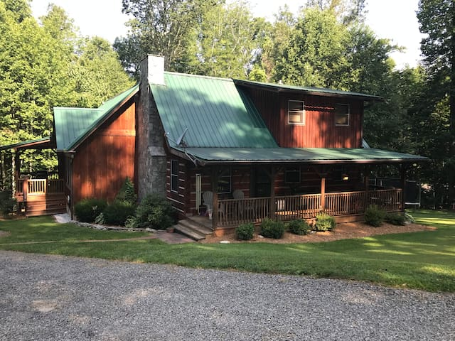 3 BR/2.5 BA Log Home in beautiful WNC!