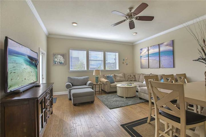 Alerio D204 - Lovely Updated Unit, Community Pool, Hot Tub, Steps to the Beach!