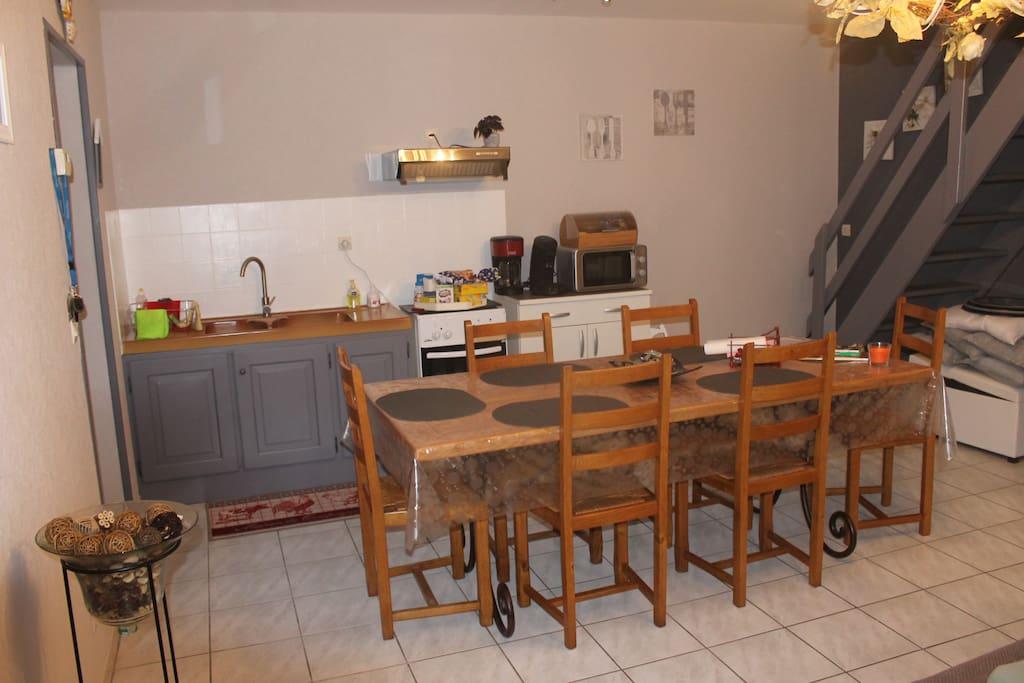 Kitchenette et table au rez-de-chaussée