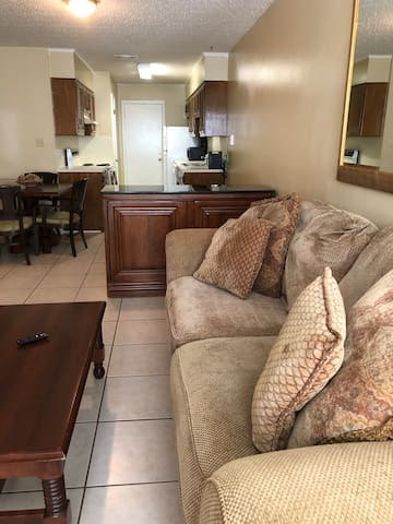 *Cozy, Baker Retreat* Near Airport and Southern U.