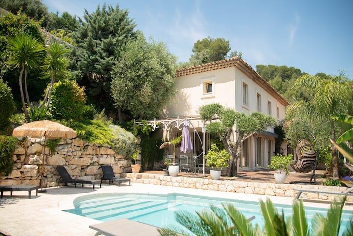 villa de prestige avec piscine et vue panoramique