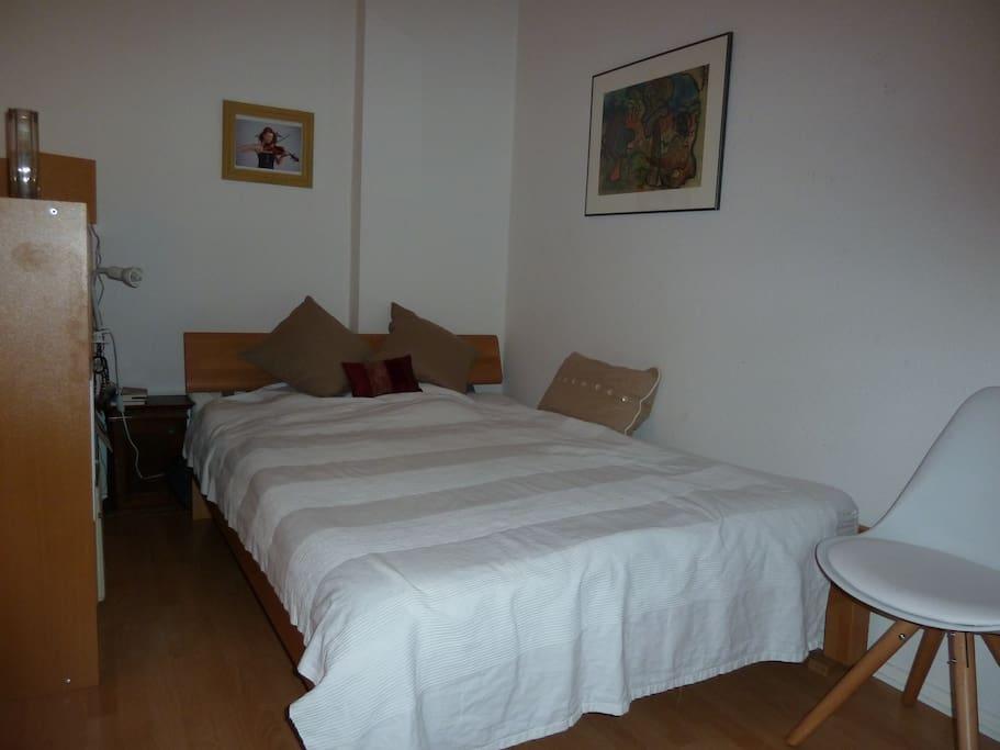 Franzoesisches Bett fuer 1-2 Personen, neue Matratze.