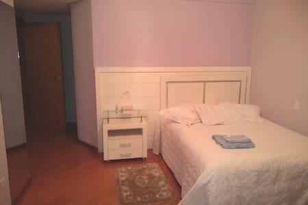 Quarto lilás c/banheiro privativo em apartamento