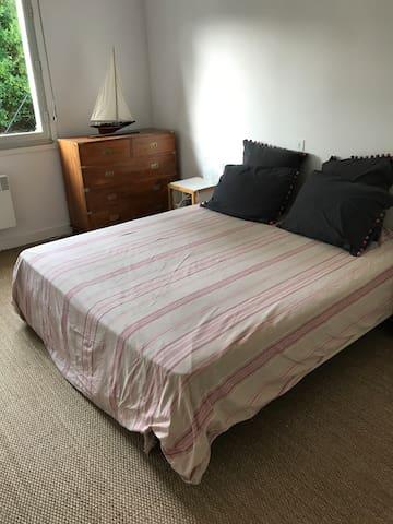 Chambre 1 au rez de chaussée : 1 lit double 160cm