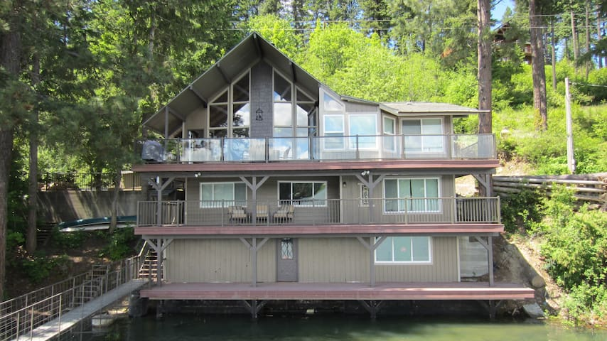 On the Lake, Luxury Living - Sleeps 10, book now!