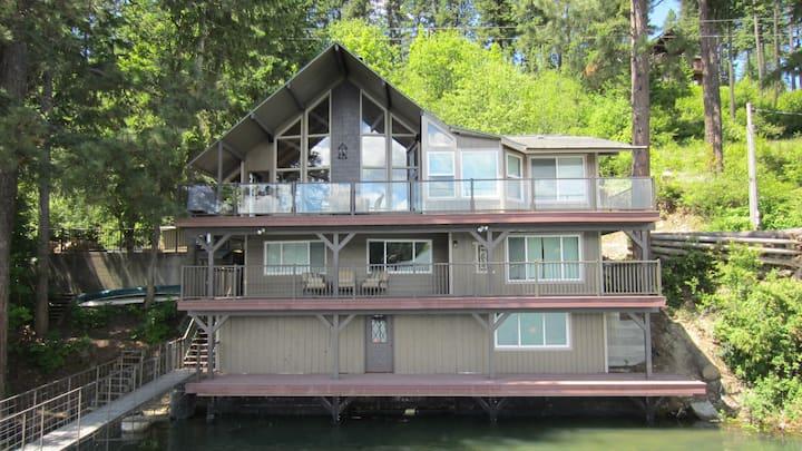 On the Lake, Luxury Living - Sleeps 10, book now!