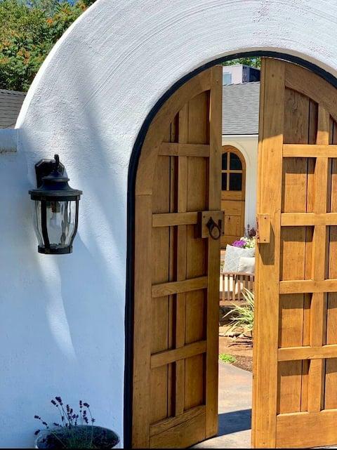 Milk & Honey Home- Romantic Cottage w/courtyard