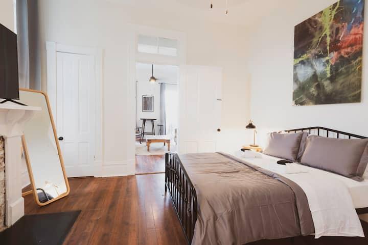Magnolia Room - 2 Blocks from Forsyth Park! ♡