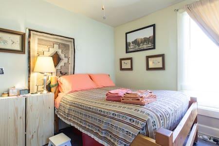 Alexandra's Uptown Full Bed Room - Denver - Bed & Breakfast