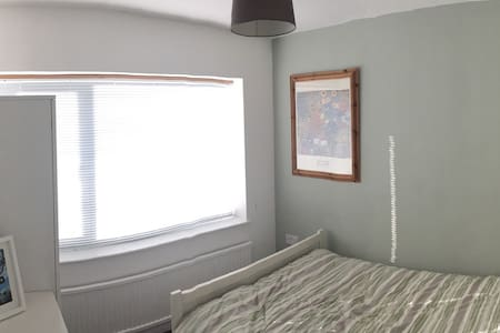 Quiet and comfortable room in detached bungalow - Flackwell Heath - Bungalow
