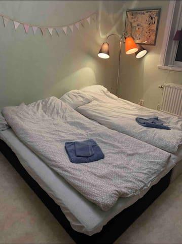Sovrum 3 med bred dubbelsäng