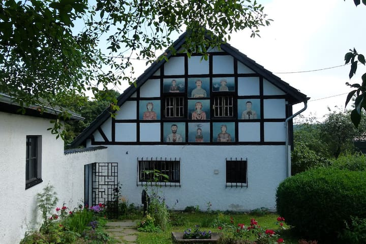 Außergewöhnliches Ferienhaus Eifel - Kronenburg - Huis