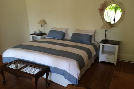 Lovely cottage in trendy Melville - House