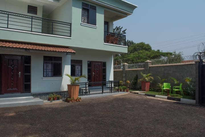 Kampala Oasis! Comfortable retreat w free Wifi! Ideal location!