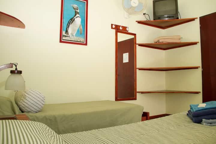 Doble Twin con baño privado- La Tosca Hostel