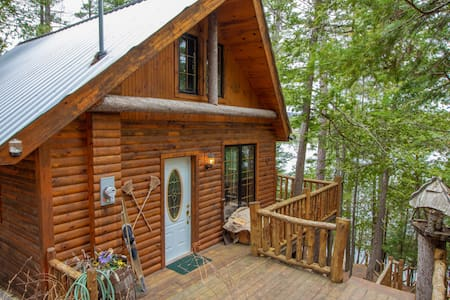 Log cottage on the lake with hot tub and fireplace