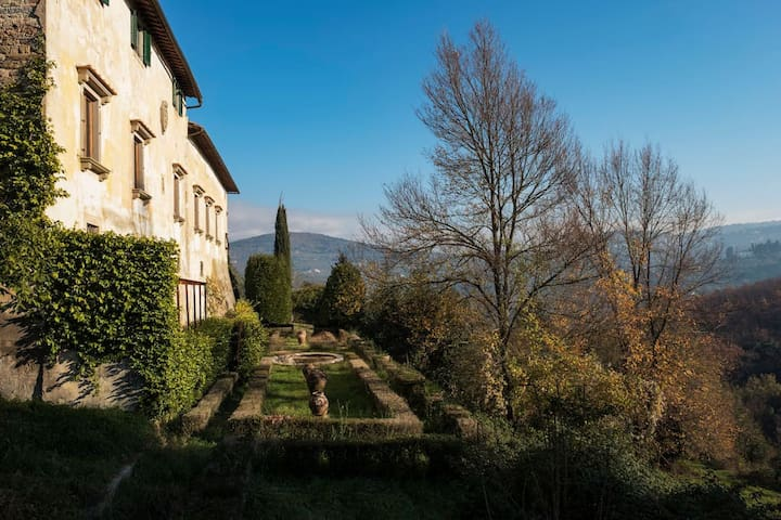 Enchanting Medici's mansion. 7mins from Florence