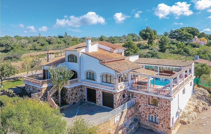 Beautiful home in S'Aranjassa with Jacuzzi, WiFi and 6 Bedrooms