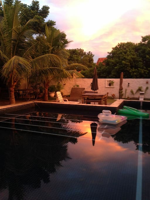 Por do sol na piscina