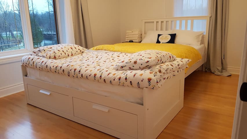 Bedroom 1 - Falls view, Queen bed plus day bed in retracted twin size (pulls out to make a King Wide bed)