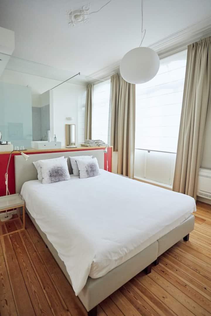 Spacious, cosy and bright room close to EU Quarter