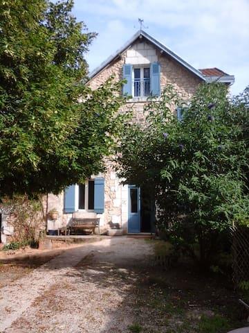 La Maison Bleue - La Gonterie-Boulouneix - Pension