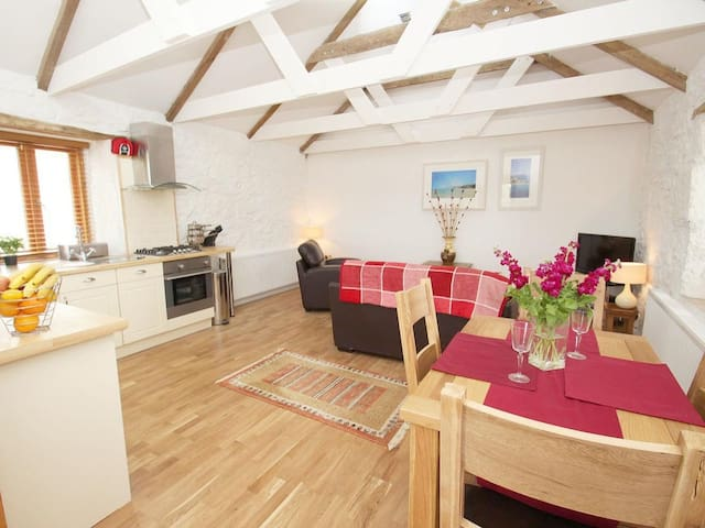 COURTYARD, pet friendly in Porthleven, Ref 959671