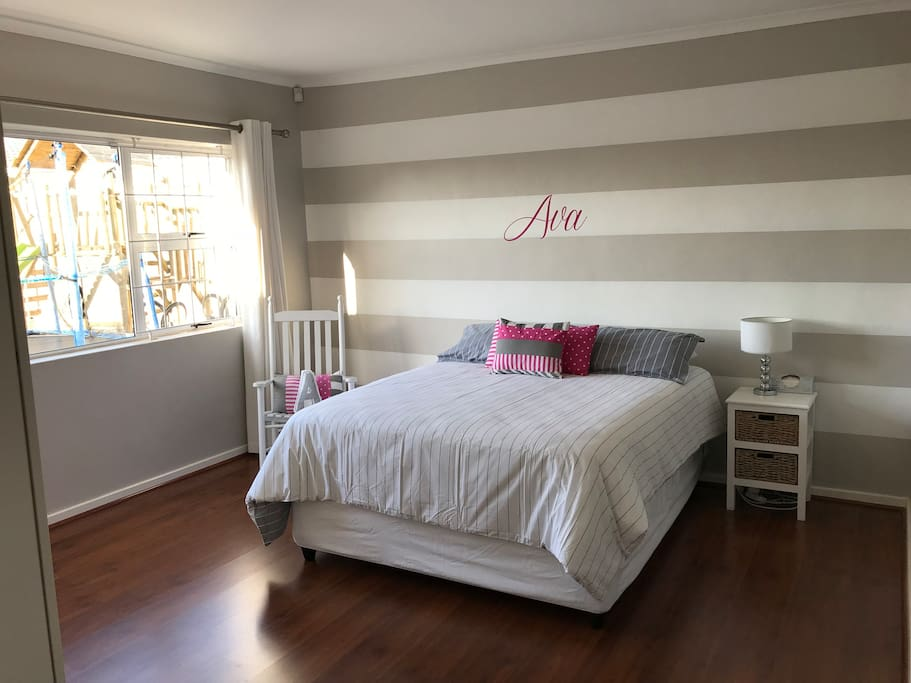 Main bedroom with queen bed and has the en suite