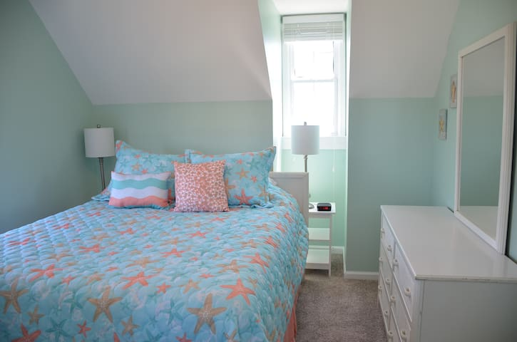 Upstairs bedroom with queen size bed and ocean view