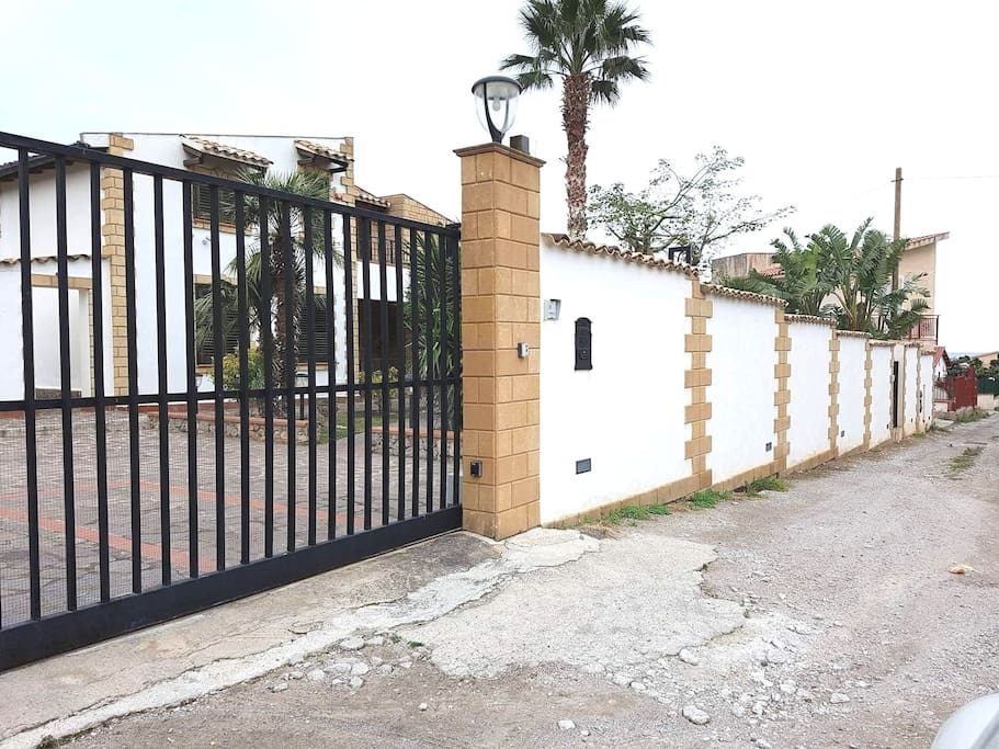 ENTRANCE GATE WITH FREE CAR PARKING