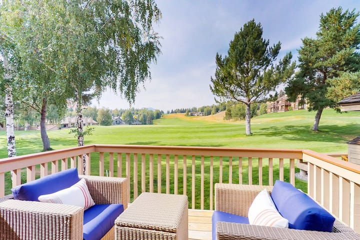 Lovely condo w/golf, shared pool, hot tub, sauna & tennis court