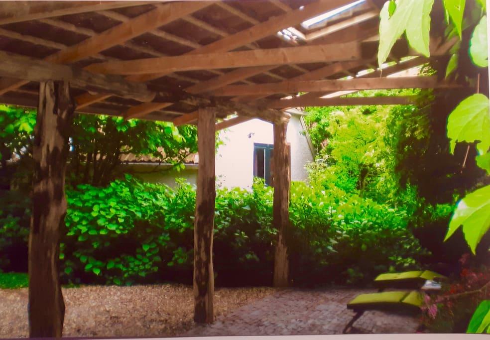 Prachtige ambachtelijke constructie van de veranda..naar oud idee.. De rechtop staande stammen heel oud.