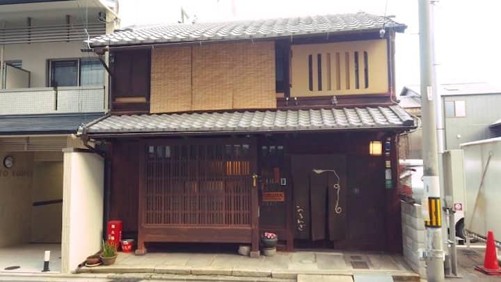 静かに過ごしたい人のためのゲストハウスです。登録有形文化財の京町家です。/ 和室(畳)1人部屋