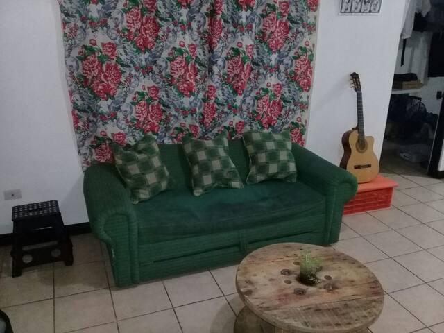 ¡Casa abierta, música, sofá cama!
