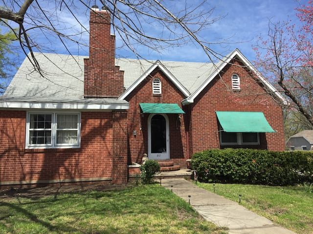 Vintage Brick Home - Carbondale - Dom