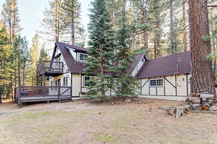 Remodeled dog-friendly home w/ private hot tub & jetted tub in master bath!