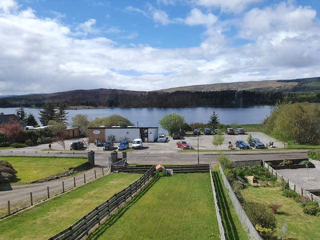3 bedroom house over looking Loch Shin
