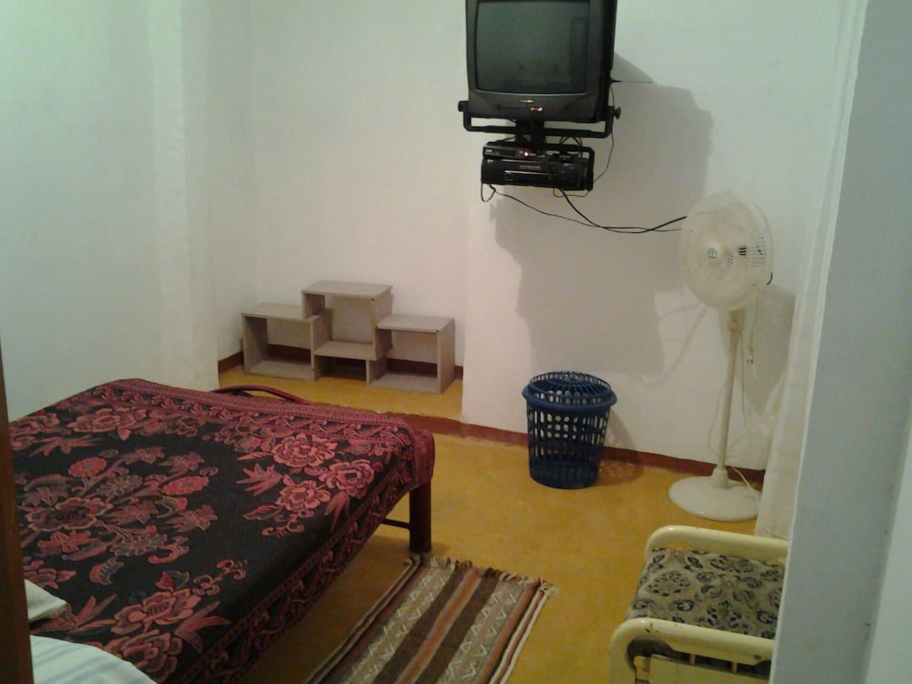 Habitación N° 1 - Principal - cama doble con televisión y ventilador